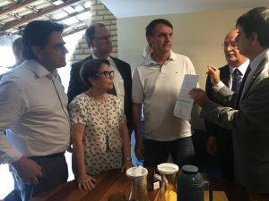 Membros da FPA entregam pauta prioritária para o candidato Jair Bolsonaro